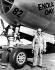 Guerre 1939-1945. Paul W. Tibbets Junior, colonnel dans l'armée américaine, devant son ARF B-29 appelé Enola Gay (en souvenir de sa mère), avion qui largua la première bombe atomique sur Hiroshima (Japon), le 6 août 1945. © TopFoto/Roger-Viollet