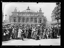 """World War One. Strikes in Paris about the vote of the English week (rest on Saturday afternoons for the fashion workers), and the expensive life, late May 1917. Rally of employees of the Société Générale bank at the place de l'Opéra, heading to the Labour council. Photograph published in the newspaper """"Excelsior"""" of Saturday, May 26, 1917. © Excelsior – L'Equipe/Roger-Viollet"""