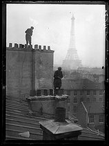 """World War I. Former milliners who became chimney sweeps, working on a roof. Paris, late November 1917. Photograph from the collections of the newspaper """"Excelsior"""". © Excelsior - L'Equipe / Roger-Viollet"""