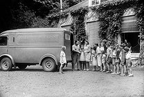 Consignment of milk in an holiday colony. August 1947. © LAPI / Roger-Viollet