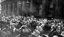 1929 stock market crash in the United States. Crowd in front of the New York stock exchange, on October 23, 1929. © Roger-Viollet