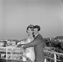 "Shooting of ""Les Distractions"", film by Jacques Dupont (1960). Jean-Paul Belmondo and Sylvia Koscina. France-Italy, on May 30, 1960. © Alain Adler/Roger-Viollet"