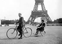 World War II. Wheelchair dragged by a bicycle. Paris, 1940. © LAPI / Roger-Viollet
