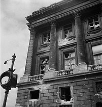 World War II. Liberation of Paris. Damaged facade of the Hôtel de la Marine. Paris (VIIIth arrondissement), place de la Concorde, on August 26, 1944. Photograph by Jean Roubier (1896-1981). © Fonds Jean Roubier/Roger-Vio