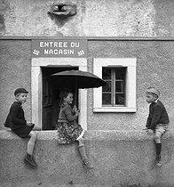 Children on a wall. Evolène (Switzerland). © Jack Nisberg/Roger-Viollet