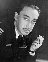 Romain Gary (1914-1980), French writer and diplomat, wearing an uniform of the Free French Forces air force. © Albert Harlingue/Roger-Viollet