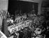 """Fidel Castro (1926-2016), chef de la révolution cubaine, dînant à l'hôtel Astor avant de s'adresser à l'""""Overseas Press Club"""". New York (Etats-Unis), 23 avril 1959. © Saavedra / The Image Works / Roger-Viollet"""