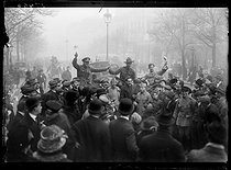 "World War I. Celebration for the signature of the armistice. Triumphant welcome given to the allied soldiers. Paris, on November 11, 1918. Photograph published in the newspaper ""Excelsior"" on Tuesday, November 12, 1918. © Excelsior - L'Equipe / Roger-Viollet"