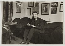 Jean Giraudoux (1882-1944), French writer and diplomat, at his place. Paris, around 1910.  © Albert Harlingue / Roger-Viollet