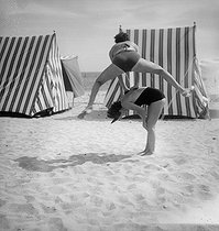 Leapfrog on the beach of Monte-Carlo (Principality of Monaco), 1934. © Boris Lipnitzki/Roger-Viollet