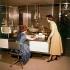 Appartement témoin - bureau avec télévision intégrée avec vue sur cuisine. Vers 1960-1965. © Roger-Viollet