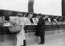 Secondhand booksellers on the banks of the river Seine. Paris, 1913. © Maurice-Louis Branger / Roger-Viollet