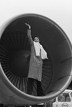 Zizi Jeanmaire (1924-2020), French dancer and music hall artist, at the inauguration of the first Paris-New York flight by Boeing 747, on February 5, 1970. © Jacques Cuinières / Roger-Viollet