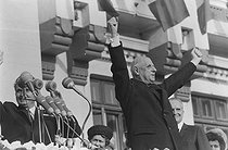 """Events of May-June 1968. General Charles de Gaulle (1890-1970), President of the French Republic, during an official visit in Romania, making a speech on Union Square. Craiova (Romania), on May 16, 1968. Photograph by Bernard Charlet, from the collections of the French newspaper """"France-Soir"""". Bibliothèque historique de la Ville de Paris. © Bernard Charlet / Fonds France-Soir / BHVP / Roger-Viollet"""