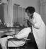 Colette (1873-1954), écrivain français, dans son institut de beauté, rue de Miromesnil, maquillant sa fille, Colette de Jouvenel, le jour de l'ouverture. Paris, 1932.      © Boris Lipnitzki/Roger-Viollet