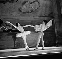 """Etudes symphoniques"". Zizi Jeanmaire and Roland Petit from the Ballets of Paris. Paris, théâtre Marigny, May 1948. © Boris Lipnitzki / Roger-Viollet"