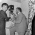 Annie Cordy (née en 1928), chanteuse et actrice belge et Jean Richard (1921-2001), acteur français, fondateur du zoo Jean Richard. France, 1970. © Jacques Cuinières / Roger-Viollet