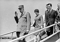 """Events of May-June 1968. General Charles de Gaulle (1890-1970), President of the French Republic, and his wife Yvonne (1900-1979), during an official visit in Romania, greeted by Nicolae Ceausescu (1918-1989), Romanian statesman. Bucarest (Romania), Baneasa airfield on May 14, 1968. Photograph by Bernard Charlet, from the collections of the French newspaper """"France-Soir"""". Bibliothèque historique de la Ville de Paris. © Bernard Charlet / Fonds France-Soir / BHVP / Roger-Viollet"""