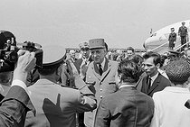"""Events of May-June 1968. General Charles de Gaulle (1890-1970), President of the French Republic, during an official visit in Romania. Bucarest (Romania), Baneasa airfield, on May 14, 1968. Photograph by Bernard Charlet, from the collections of the French newspaper """"France-Soir"""". Bibliothèque historique de la Ville de Paris. © Bernard Charlet / Fonds France-Soir / BHVP / Roger-Viollet"""