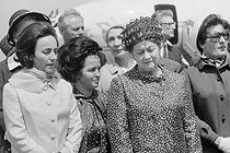 """Events of May-June 1968. General Charles de Gaulle (1890-1970), President of the French Republic, and his wife Yvonne (1900-1979), during an official visit in Romania, greeted by Nicolae Ceausescu (1918-1989), Romanian statesman, and his wife Elena (1916-1989). Bucarest (Romania), Baneasa airfield on May 14, 1968. Photograph by Bernard Charlet, from the collections of the French newspaper """"France-Soir"""". Bibliothèque historique de la Ville de Paris. © Bernard Charlet / Fonds France-Soir / BHVP / Roger-Viollet"""
