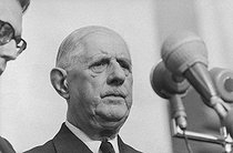 "Events of May-June 1968. General Charles de Gaulle (1890-1970), President of the French Republic, during an official visit in Romania, making a speech on Union Square. Craiova (Romania), on May 16, 1968. Photograph by Bernard Charlet, from the collections of the French newspaper ""France-Soir"". Bibliothèque historique de la Ville de Paris. © Bernard Charlet / Fonds France-Soir / BHVP / Roger-Viollet"
