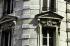 """Quai de la Mégisserie. """"Rue du Pont-Neuf. Un des immeubles de la Samaritaine. Ornementation d'angle de deux fenêtres"""". Photographie d'André Bondil (1918-2009). Diapositive. Paris (Ier arr.), 9 juin 1986. Paris, bibliothèque de l'Hôtel de Ville. © André Bondil / BHdV / Roger-Viollet"""