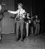 Johnny Hallyday (1943-2017), acteur et chanteur français, et Gillian Hills (née en 1944), chanteuse et actrice anglaise. Paris, Olympia, 19 septembre 1961. © Studio Lipnitzki / Roger-Viollet