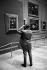 Visiteur photographiant la Joconde. Paris, musée du Louvre, vers 1975. © Jacques Cuinières / Roger-Viollet