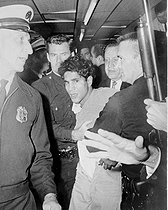 Personalities. Mono Negative. Sirhan Bishara Sirhan is led away as the chief suspect in the shooting of Senator Robert Kennedy from the Ambassdor Hotel where the murder occured.Los Angeles - 5th June 1968. 19990623. © TopFoto / Roger-Viollet