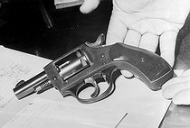PALUPI. Personalities. Mono Negative. The .22 revolver with which Senator Robert Kennedy was fatally shot by Sirhan Bishara Sirhan.Los Angeles - 5th June 1968. 19990623. © TopFoto / Roger-Viollet