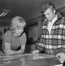 """D'où viens-tu Johnny ?"", film by Noël Howard. Sylvie Vartan and Johnny Hallyday. France, 1963. Photograph by André Grassart (born in 1935), from the collections of the French newspaper ""France-Soir"". Bibliothèque historique de la Ville de Paris. © André Grassart / BHVP / Roger-Viollet"