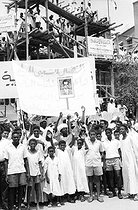 PALUPI. General. Mono Negative. Khartoum , SudanYoung Sudanese hold a banner showing a portrait of President Abdel Gamal Nasser of the United Arab Republic as they wait in the street for his arrival on 29 August 1967 for the Arab Summit meeting. 19670829. © TopFoto / Roger-Viollet