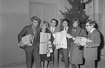 "Europe n°1, French radio station. Program hosted by F. Waldner with Sylvie Vartan, Tissot, Franck Fernandel, Françoise Hardy, Johnny Hallyday and Sacha Distel, on December 31, 1963. Photograph by André Grassart (born in 1935), from the collections of the French daily newspaper ""France-Soir"". Bibliothèque historique de la Ville de Paris. © André Grassart / BHVP / Roger-Viollet"
