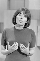 "Juliette Gréco (1927-2020), French actress and singer, performing on the TV show '""Sacha Show"". France, on May 5, 1966. Photograph from the collections of the French newspaper ""France-Soir"". Bibliothèque historique de la Ville de Paris. © BHVP / Roger-Viollet"