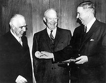 ullstein bild. Bohr, Niels - Physicist, Denmark - with Dwight D. Eisenhower and James Killian (l-r). Bohr, Niels Henrik David *07.10.1885-18.11.1962+Physicist, Denmarkreceived the Nobel Prize in Physics in 1922receives a gold medal in Washington for services rendered to the peaceful uses of nuclear energy; l-r: N.B., US President Dwight D. Eisenhower and James Killian, President of the Massachusetts Institute of Technology. 19571027. © Ullstein Bild / Roger-Viollet