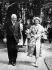 Niels Bohr (1885-1962), physicien danois, se promenant avec la reine Elisabeth II (née en 1926), lors d'une visite officielle au Danemark, 22 mai 1957. © Ullstein Bild / Roger-Viollet