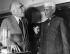 Niels Bohr (1885-1962), physicien danois, et Jawaharlal Nehru (1889-1964), Premier ministre indien, au laboratoire national Risø, centre atomique danois, 18 juin 1957. © Ullstein Bild / Roger-Viollet