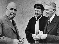 ullstein bild. Bohr, Niels - Physicist, Denmark - with Walther Colby (r) and Colby's wife. Bohr, Niels Henrik David *07.10.1885-18.11.1962+Physicist, Denmarkreceived the Nobel Prize in Physics in 1922with Walther Colby (r) and Colby's wife at the Nuclear Physicists' Conference in Copenhagen. 19510707. © Ullstein Bild / Roger-Viollet