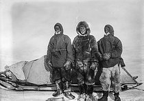 Members of a Danish exploration posing in front of their sleigh. Greenland. © Collection Harlingue / Roger-Viollet