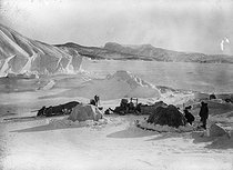 Camp of a mission. Greenland, around 1910. © Collection Harlingue / Roger-Viollet