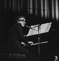 Michel Legrand (1932-2019), French singer-songwriter and composer, performing at the Salle Pleyel with Caterina Valente (born in 1931), French singer. Paris, December 1972. © Roger-Viollet