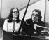 Nana Mouskouri (née en 1943), chanteuse grecque, accompagnée au piano par Michel Legrand (1932-2019), musicien, compositeur, pianiste de jazz et chanteur français. © TopFoto / Roger-Viollet