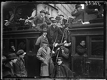 "Railwaymen strike : one of the few suburban trains scheduled that day, crowded, leaving the Paris-Saint-Lazare train station, on March 1st, 1920. Photograph from the collections of the newspaper ""Excelsior"". © Excelsior – L'Equipe / Roger-Viollet"