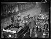"Railwaymen strike. Arrival of a carriage loaded with milk churns from the resupplying service of Paris, at the Gare des Batignolles train station. Paris (XVIIth arrondissement), on March 1st, 1920. Photograph from the collections of the newspaper ""Excelsior"". © Excelsior – L'Equipe / Roger-Viollet"