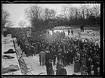 "Railwaymen strike : rally at the Bois de Vincennes woods. Paris, on February 25, 1920. Photograph from the collections of the newspaper ""Excelsior"". © Excelsior – L'Equipe / Roger-Viollet"