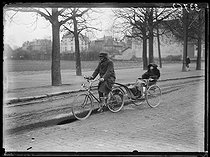 "Railwaymen strike : people from the suburbs using their bicycles to go to Paris, on February 27, 1920. Photograph from the collections of the newspaper ""Excelsior"". © Excelsior – L'Equipe / Roger-Viollet"
