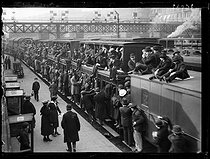 "Rail strike : crowded suburban train. Photograph from the collections of the French newspaper ""Excelsior"", published on May 4, 1920. © Excelsior – L'Equipe / Roger-Viollet"