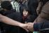 Jeune garçon parmi la foule de migrants arrivant quotidiennement au camp de Moria. L'attente avant le transfert du port de Mytilene vers Athènes en ferry. Iîle de Lesbos (Grèce), 14 octobre 2015. Photographie de Danilo Balducci/Sintesi. © Danilo Balducci / TopFoto / Roger-Viollet