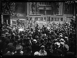"""Mary Pickford (1892-1979) et Douglas Fairbanks (1883-1939), acteurs américains, assaillis par la foule aux Halles lors de leur voyage à Paris. Mardi 20 juillet 1920. Photographie du journal """"Excelsior"""". © Excelsior – L'Equipe / Roger-Viollet"""