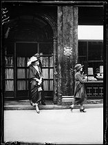 """Victoria Eugenia of Battenberg (1887-1969), Queen of Spain, going out of Carlier's during a visit in Paris. Tuesday 27 July 1920. Photograph from the French newspaper """"Excelsior"""". © Excelsior – L'Equipe / Roger-Viollet"""